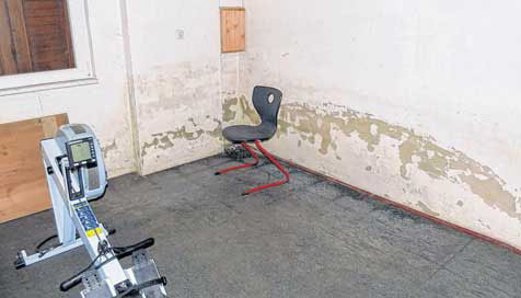 deutliche spuren des hochwassers noch immer m ssen die sportler unter diesen bedingungen im. Black Bedroom Furniture Sets. Home Design Ideas